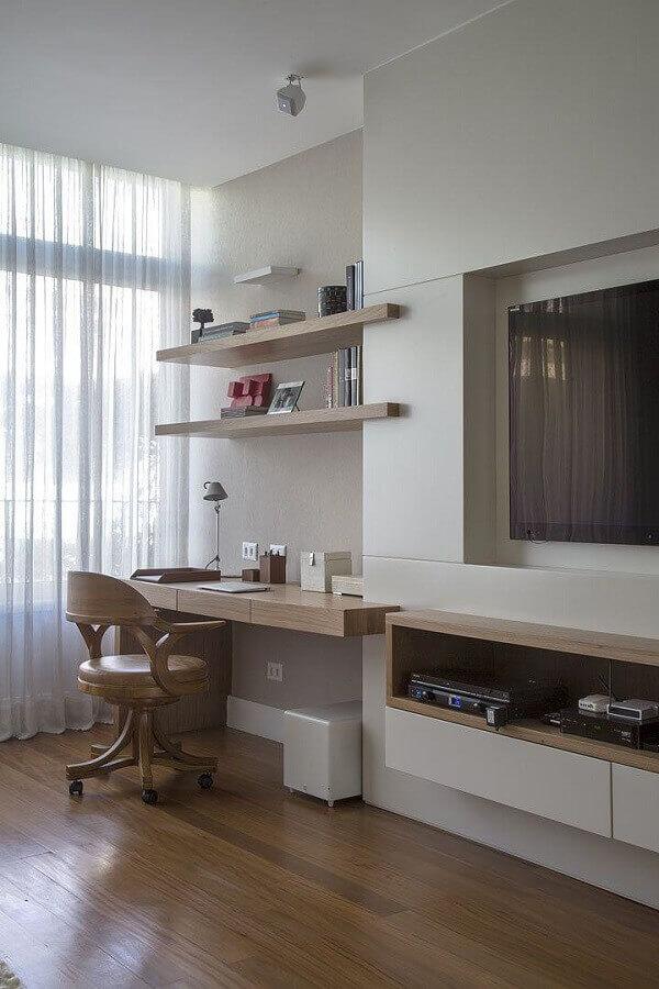 cantinho de estudo na sala decorada com bancada de madeira Foto Decoholic