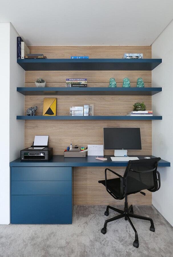 cantinho de estudo planejado com gaveteiro e prateleiras azuis Foto Start Arquitetura