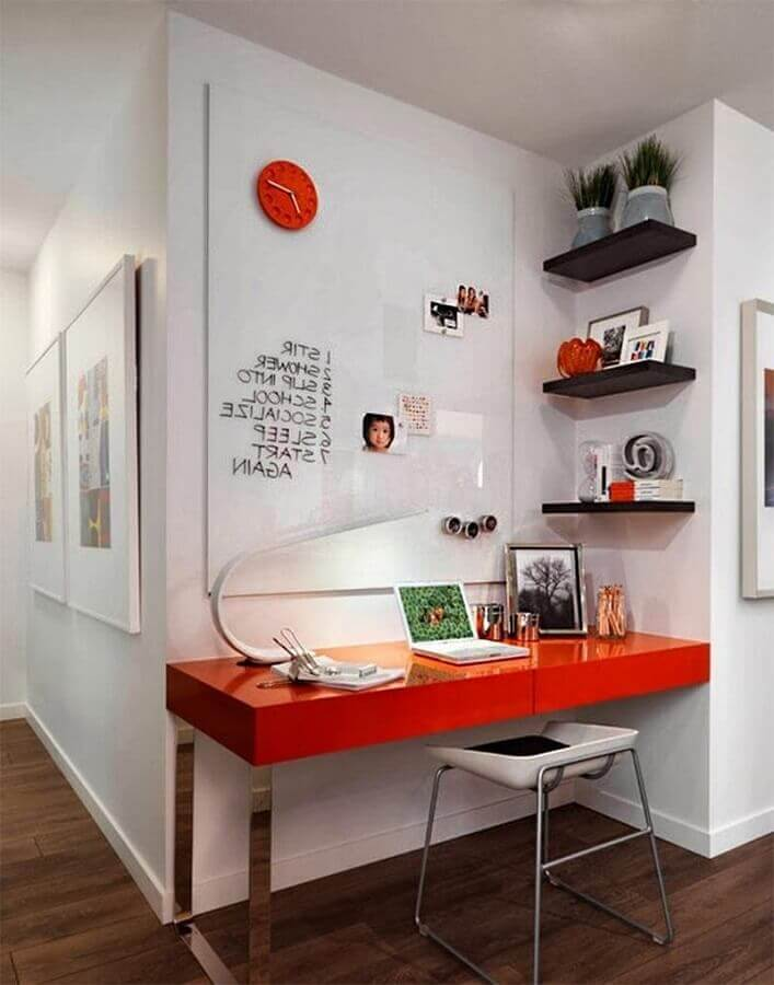 cantinho de estudo simples decorado com escrivaninha vermelha  Foto Pinterest