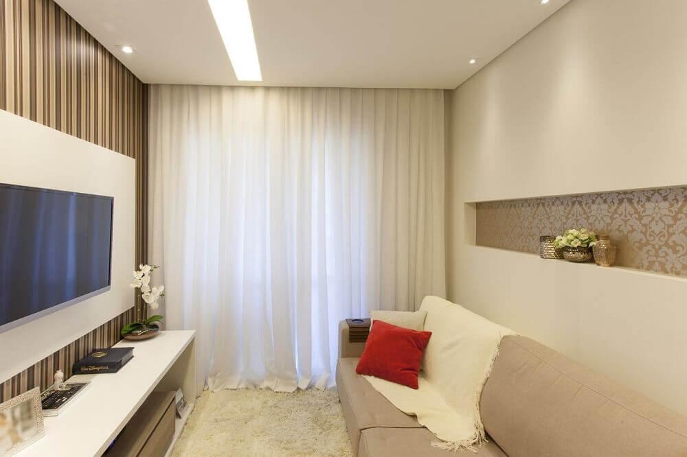 sala de TV com nicho embutido e revestido de papel de parede