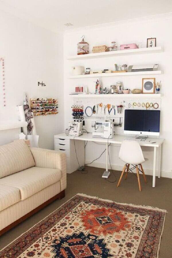 escrivaninha branca para cantinho de estudo na sala  Foto M de Mulher