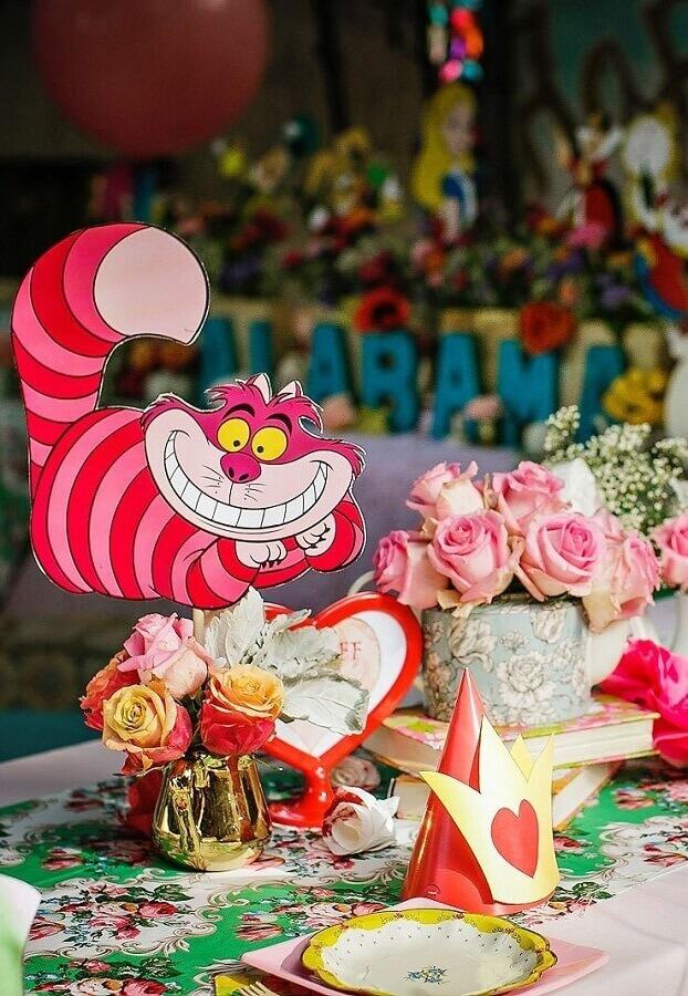 mesa de convidados decorada para festa alice no pais das maravilhas Foto A Minha Festinha
