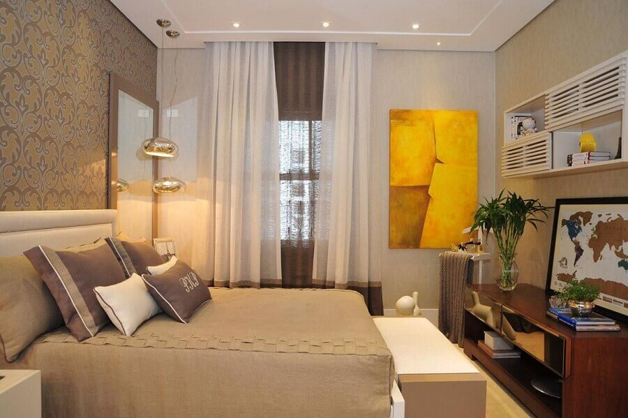 quadro abstrato amarelo para quarto de casal decorado em cores neutras  Foto Patricia Kolanian