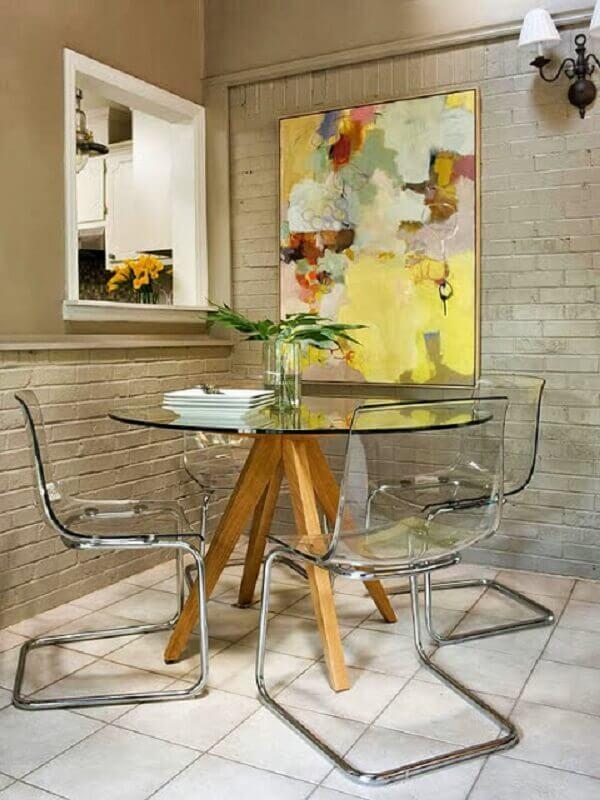 quadros abstratos coloridos para sala de jantar moderna decorada com mesa de vidro e parede de tijolinho  Foto Pinterest