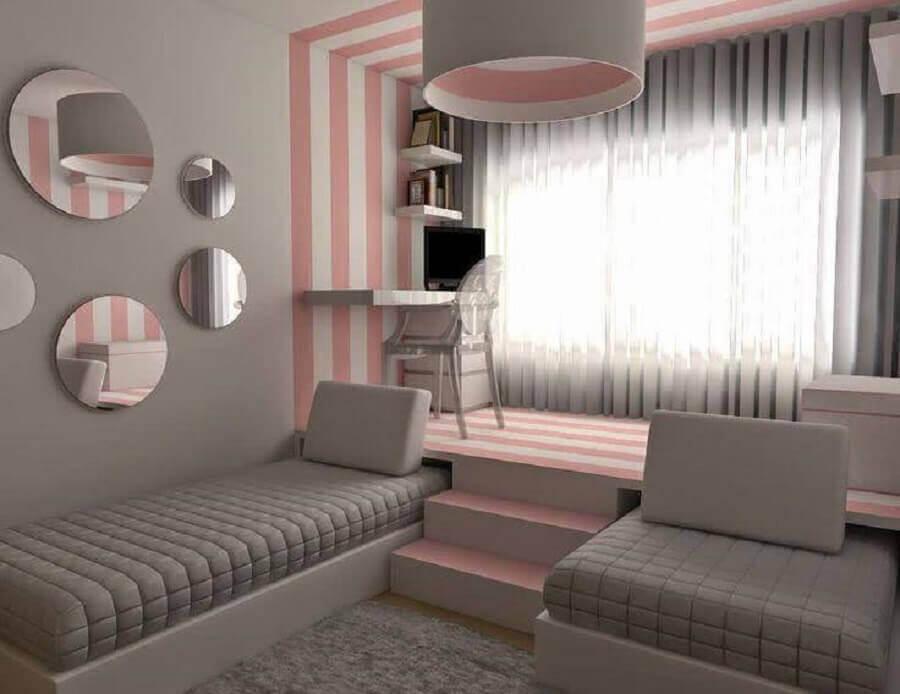 quarto feminino planejado com cantinho de estudo cinza e rosa  Foto OkChicas