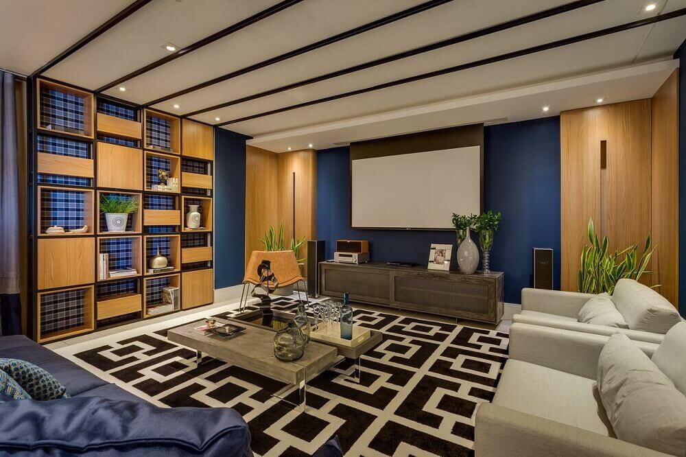 sala com nichos de madeira e estante preta