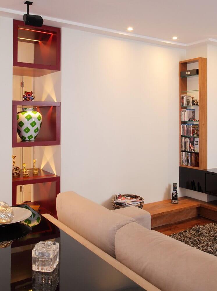Sala de estar com nichos vinho