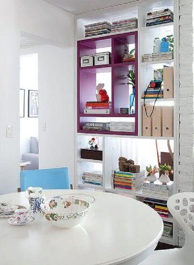 sala de jantar com nichos roxos e brancos