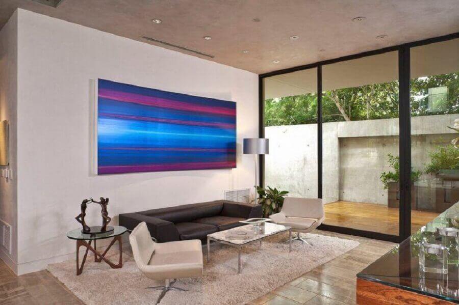 sala decorada com quadro abstrato azul  Foto Deavita