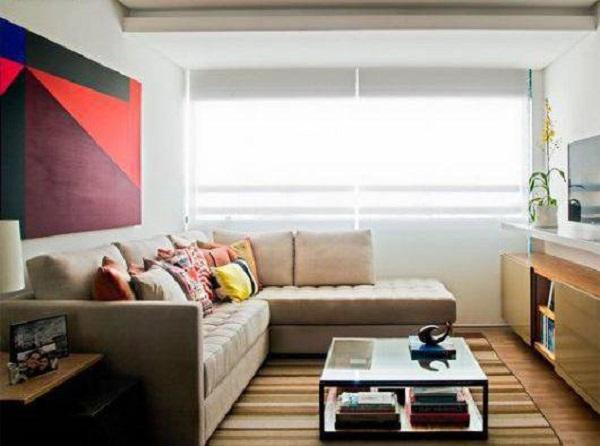Para otimizar o espaço procure posicionar o chaise do sofá alinhado a parede