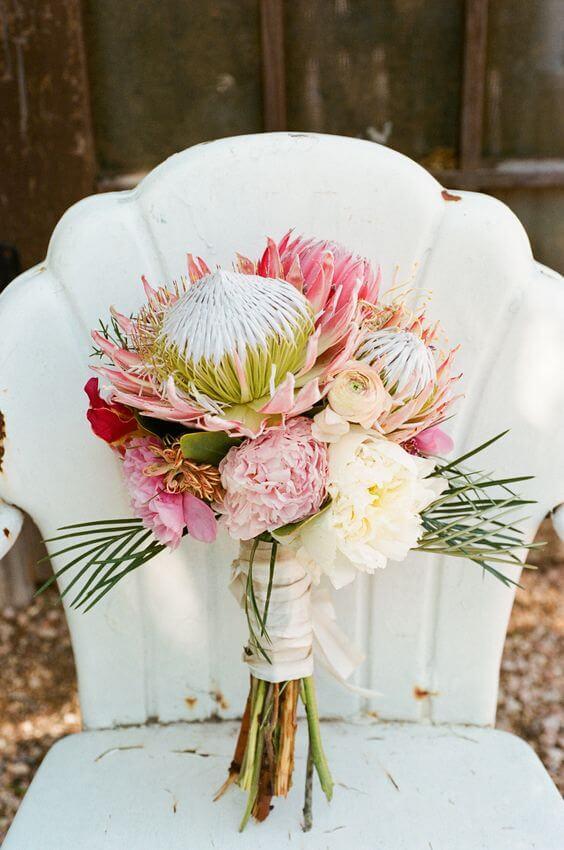 Buquê com flores exóticas: protea e peônia