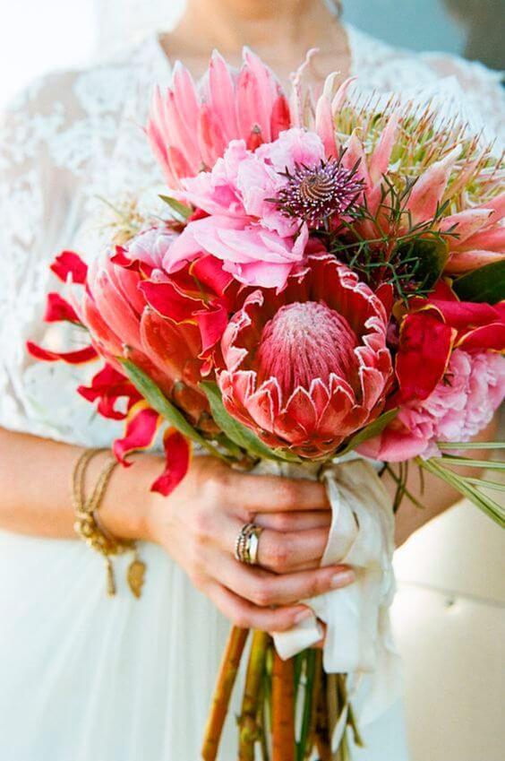 Arranjo com flores exóticas em tons de rosa
