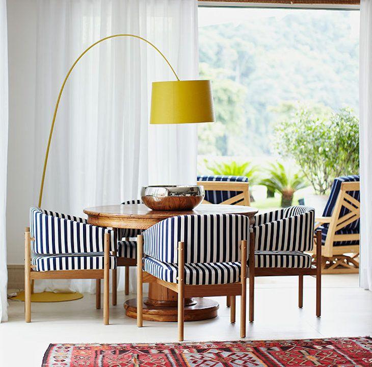 Sala com abajur de chão amarelo moderno