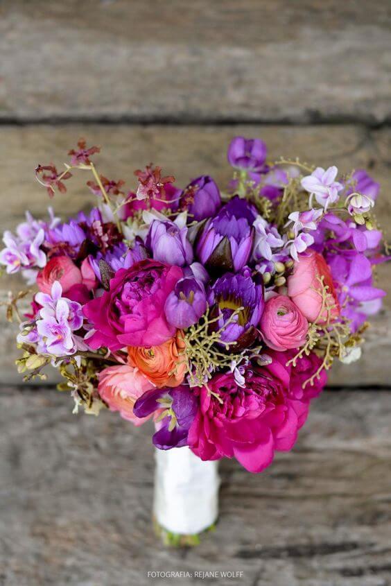 Buquê com flor roxa e flor rosa