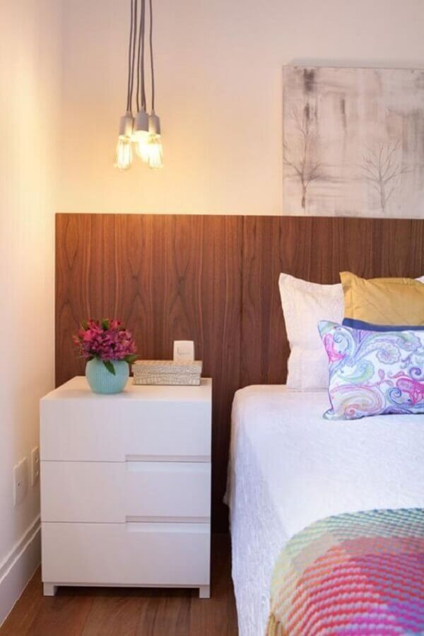 cabeceira de madeira para decoração de quarto com mesa de cabeceira com gavetas brancas Foto Tallita Lisboa