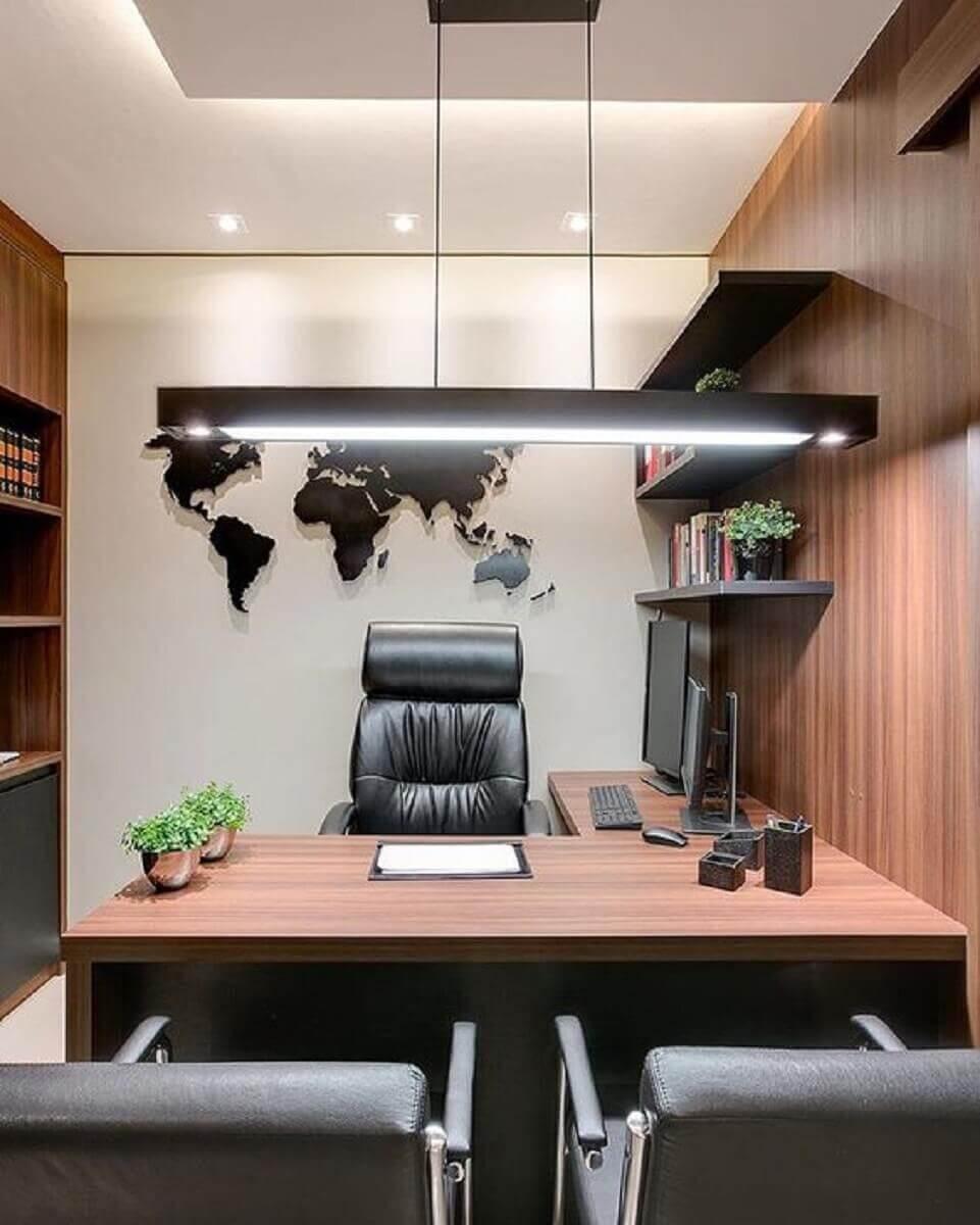 cadeira presidente couro para decoração de escritório planejado com móveis de madeira Foto Pinterest