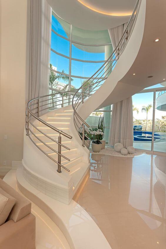Mansão com escadaria moderna
