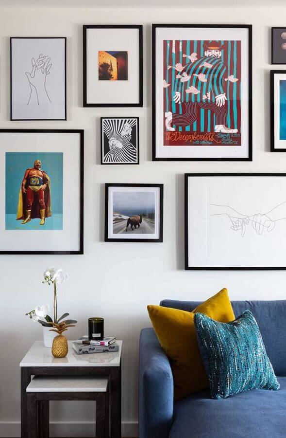 conjunto de mesa de canto para sala decorada com sofá azul e vários quadros Foto Houzz