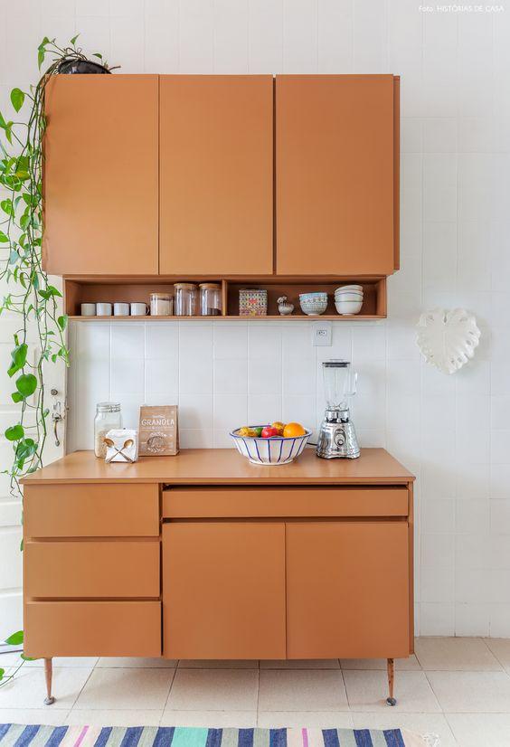 Armário de cozinha pequeno de pé com armário aéreo de parede