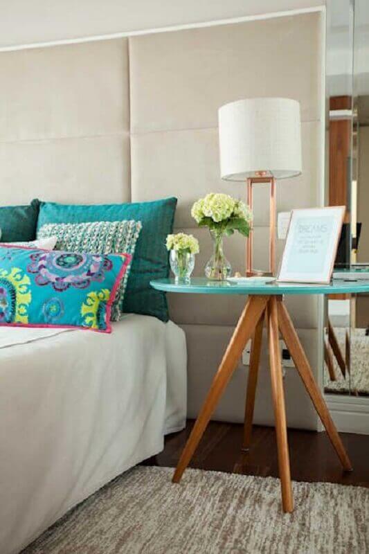 decoração de quarto com mesa de canto pé palito com tampo verde água Foto Pinterest