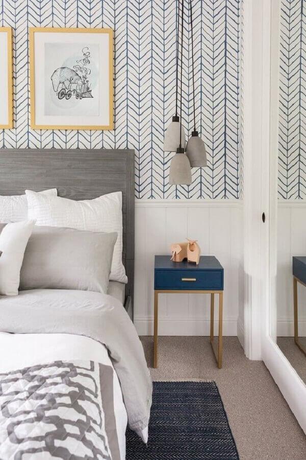 decoração de quarto com papel de parede e mesa de cabeceira colorida com design minimalista Foto Fashionismo