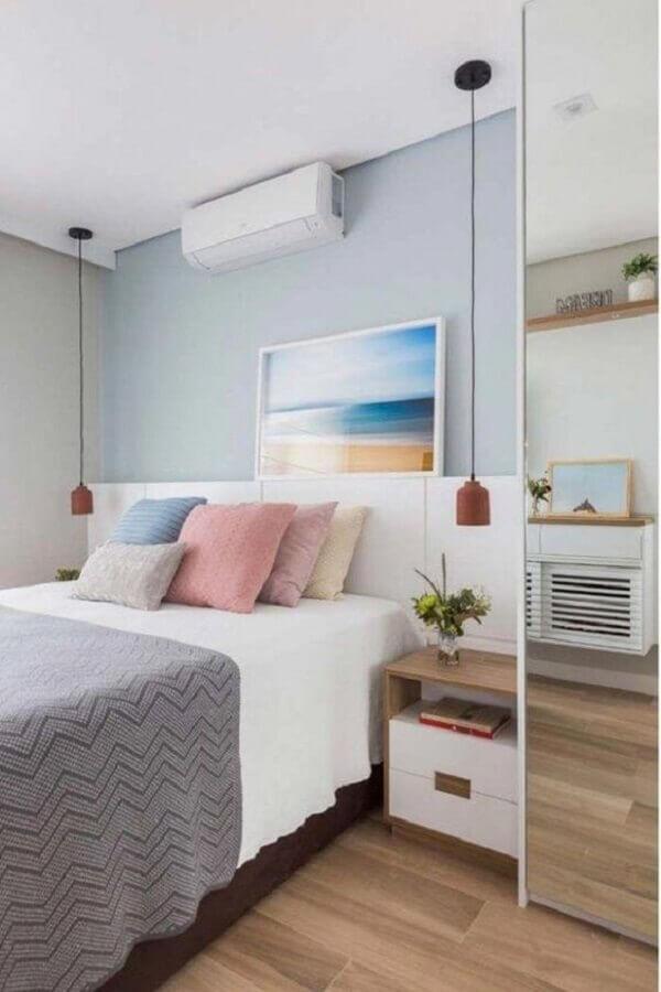 decoração de quarto com parede azul e mesa de cabeceira com gavetas Foto Pinterest