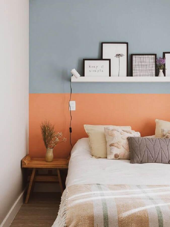 decoração de quarto com parede colorida e mesa de cabeceira pequena de madeira Foto A Casa Delas