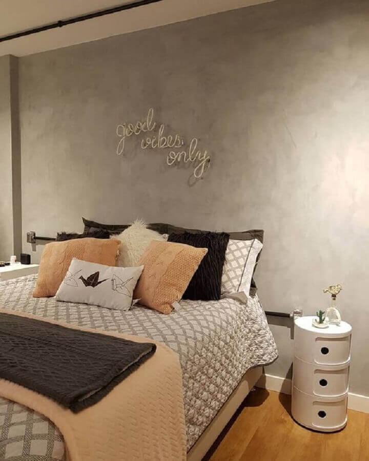 decoração de quarto com parede de cimento queimado e mesa de cabeceira branca diferente Foto Pinterest