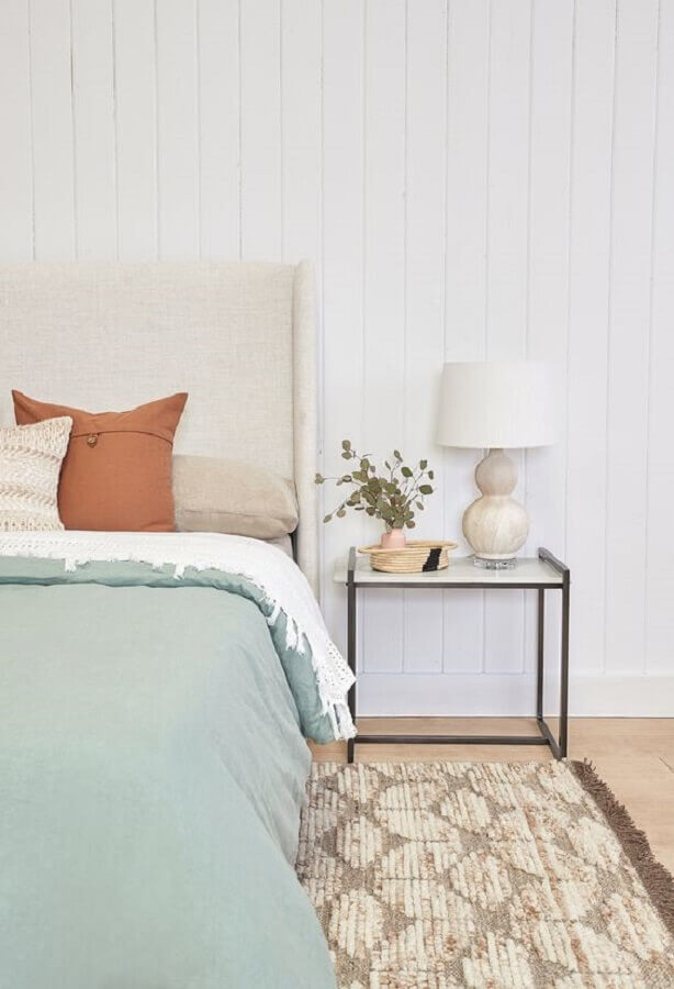 decoração de quarto de casal com mesa de cabeceira minimalista Foto Lulu & Georgia