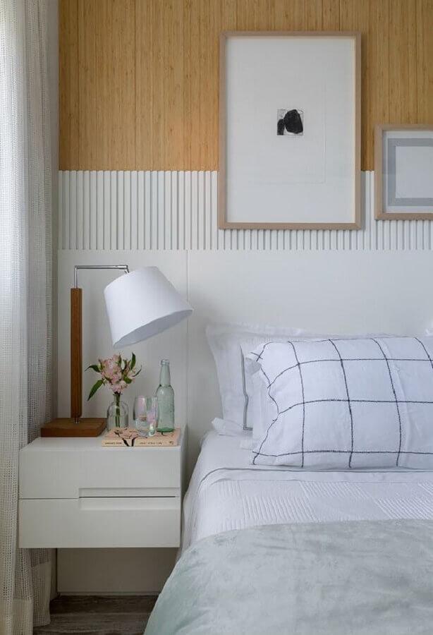 decoração de quarto planejado com mesa de cabeceira branca com gavetas Foto Casa de Valentina
