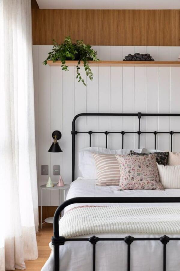 decoração delicada com cama de ferro e mesa de cabeceira pequena redonda Foto Pinterest