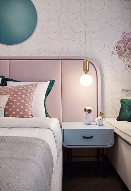 decoração em tons pastéis para quarto feminino com mesa de cabeceira diferente Foto Fashionismo