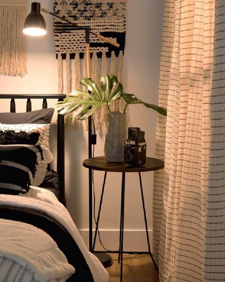 decoração para quarto com mesa de cabeceira preta alta Foto Pinterest