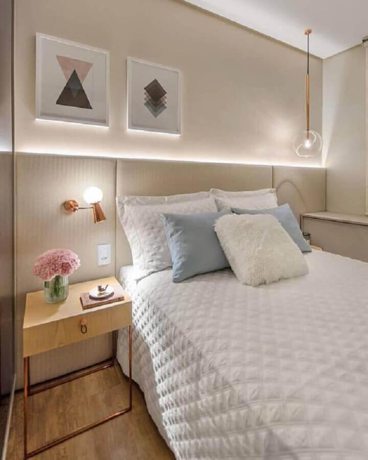 decoração para quarto planejado em cores neutras com mesa de cabeceira com gavetas moderna Foto Pinterest