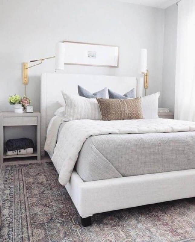 decoração quarto cinza e branco com mesa de cabeceira simples Foto Pinterest