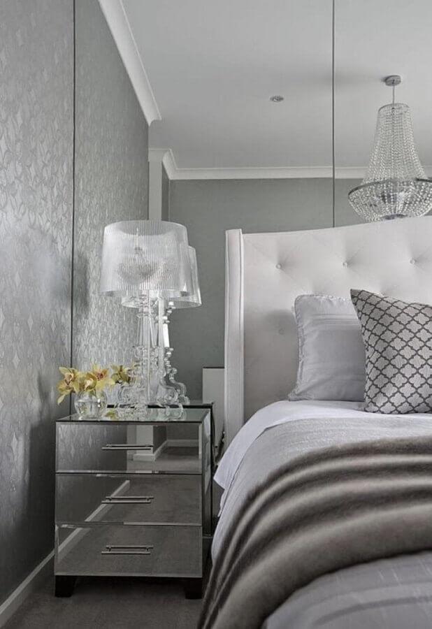 decoração quarto cinza sofisticado com mesa de cabeceira espelhada com gavetas Foto Casa Très Chic