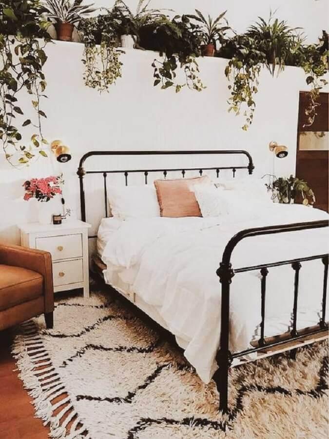 decoração quarto romântico com cama de ferro e mesa de cabeceira branca com gavetas Foto A Casa Delas