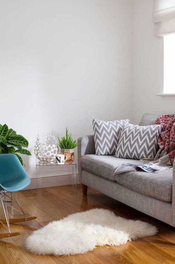 decoração simples para sala com sofá cinza e mesa de canto pequena de acrílico Foto Architonic