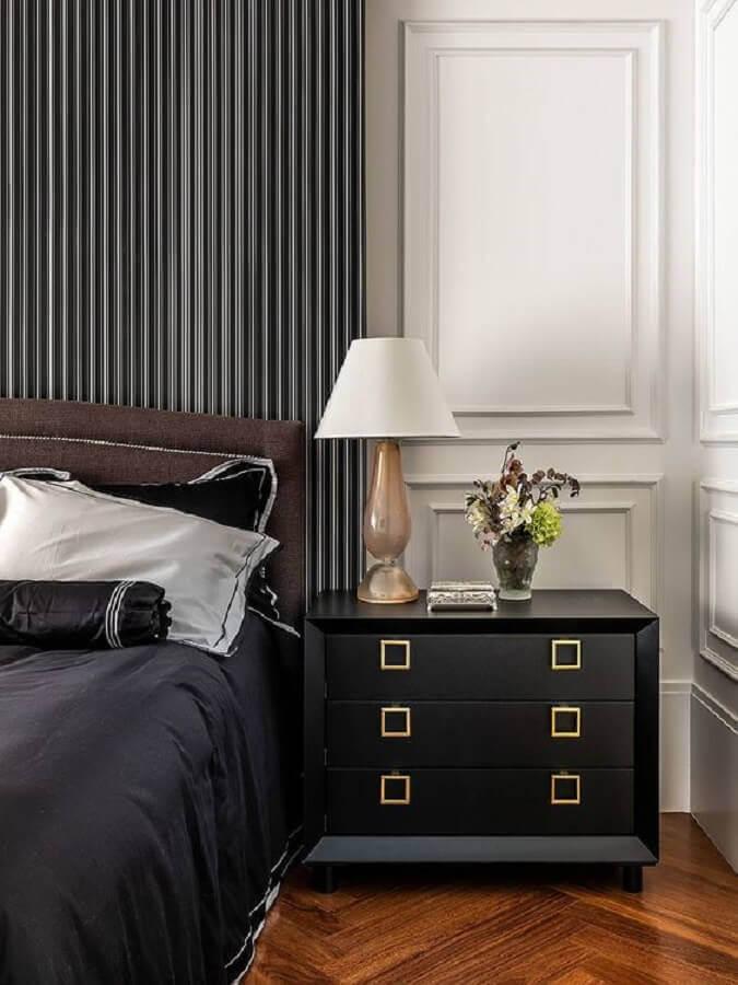 decoração sofisticada com mesa de cabeceira preta com gavetas Foto Apartment Therapy
