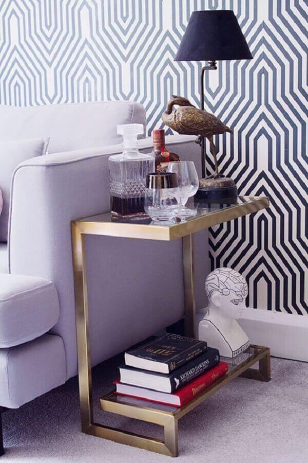 design moderno de mesa de canto de sofá com estrutura dourada  Foto Danielle Noce