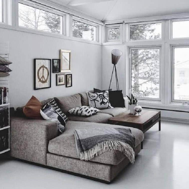 É difícil não se encantar pela beleza e conforto do sofá de canto com chaise