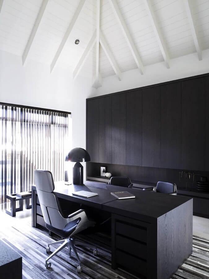 escritório moderno planejado com móveis pretos e cadeira de escritório presidente Foto Futurist Architecture