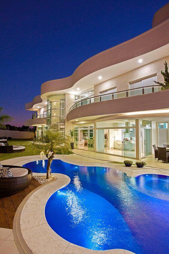 Fachada de mansão de luxo com piscina