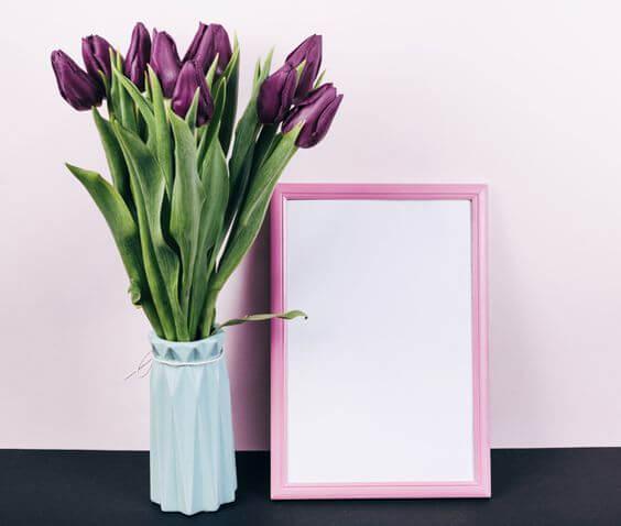 Flor roxa com vaso branco tulipa