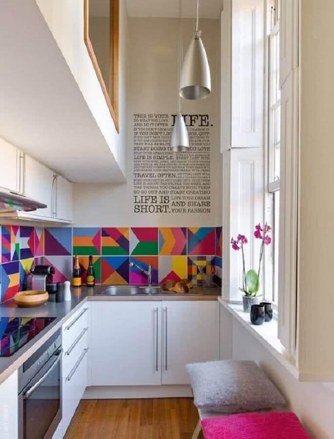 ideias de decoração para cozinha pequena com revestimento colorido Foto CoachDecor