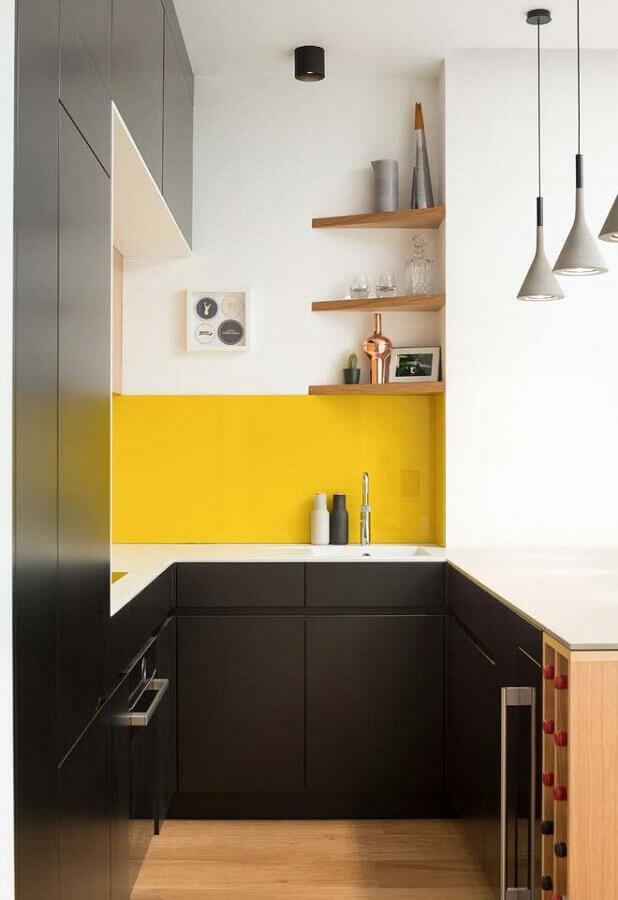 ideias de decoração para cozinha pequena em U preta e amarela Foto Pinterest