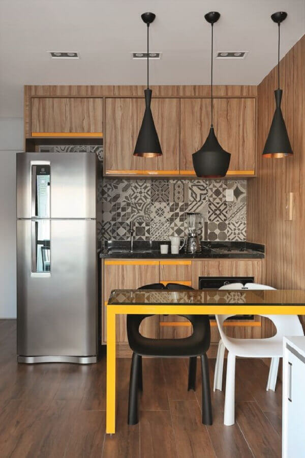 ideias para cozinha americana pequena com armários de madeira e pendentes pretos Foto Jeito de Casa