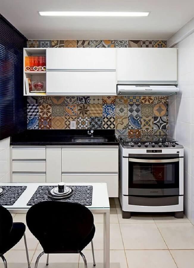 ideias para cozinha americana pequena decorada com adesivos de azulejos coloridos Foto Pinterest