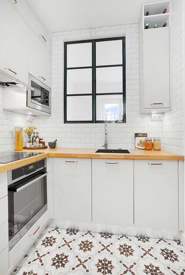 ideias para cozinha pequena branca com piso retrô e bancada de madeira Foto Pinterest