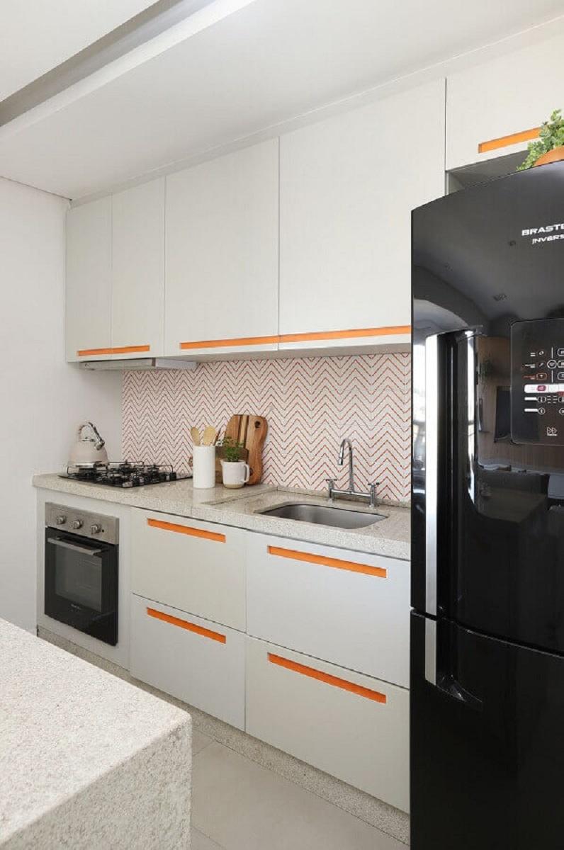 ideias para cozinha pequena com detalhes laranjas nos puxadores e revestimentos Foto Studio Canto Arquitetura